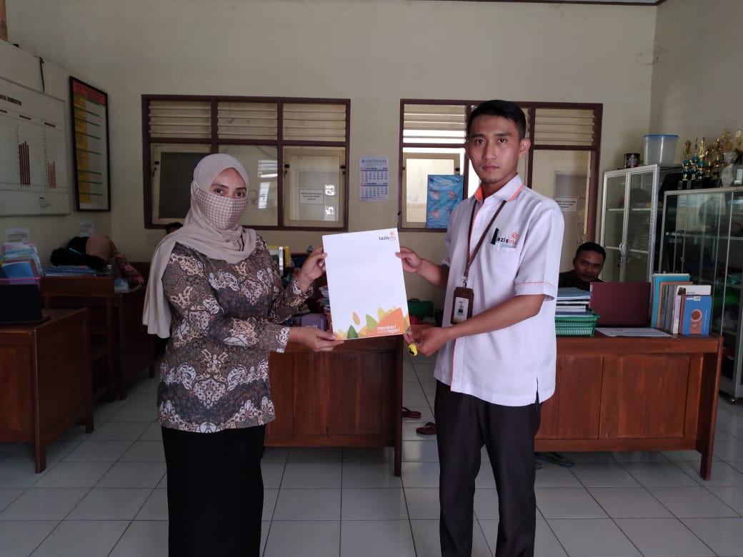 Lazismu Banyumas Berikan Bantuan Kepada Guru SMP Muhammadiyah Kedungbanteng
